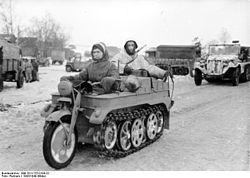 250px-Bundesarchiv_Bild_101I-725-0184-22,_Russland,_Soldaten_auf_Kettenkrad