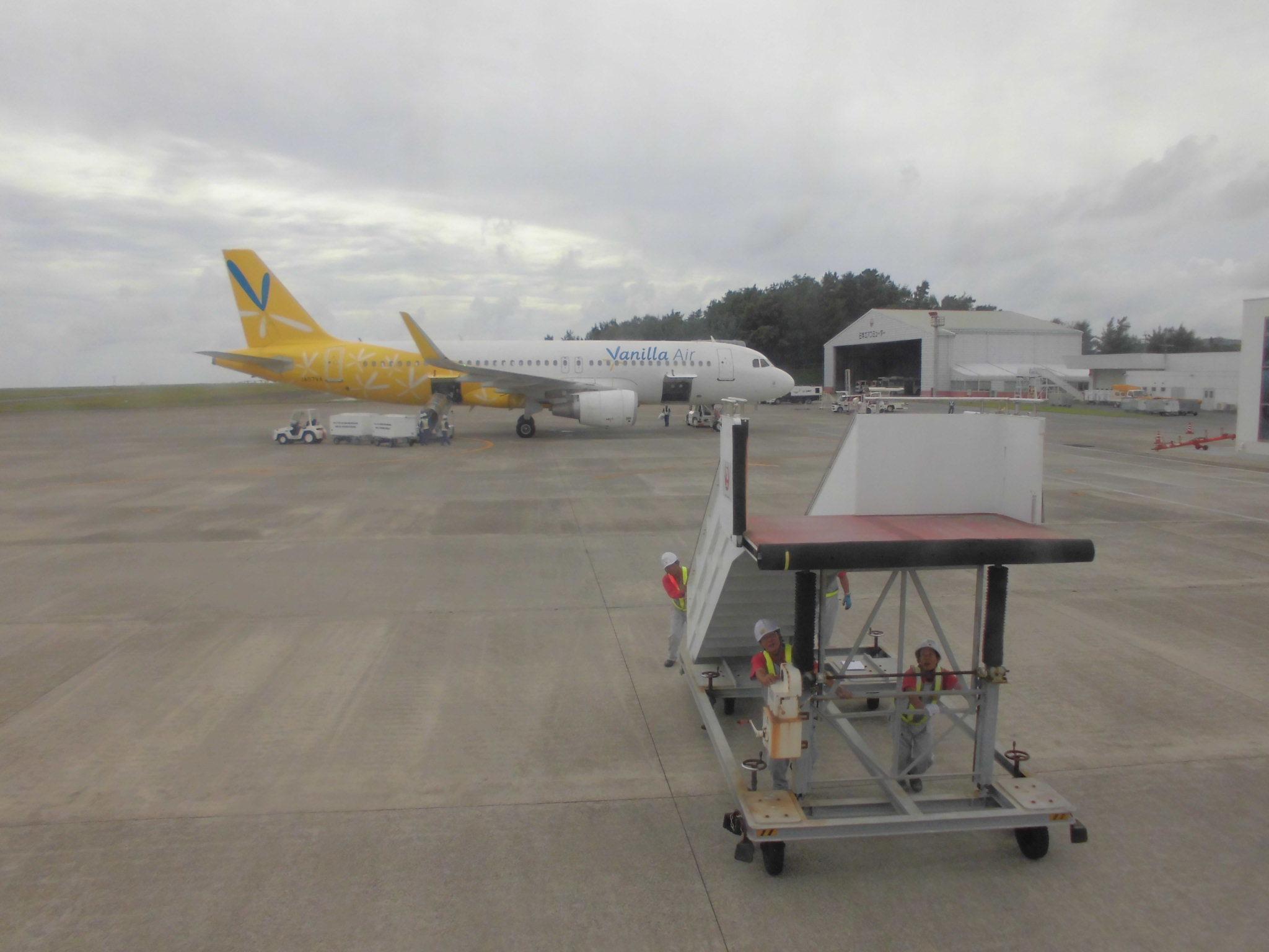 奄美空港エンブラエル機にタラップ