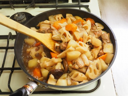 フライパンで豚バラと根菜の煮085