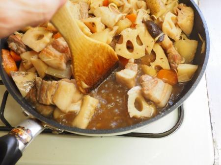 フライパンで豚バラと根菜の煮090