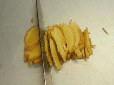 鶏もも肉と鶏肝の生姜煮込み030