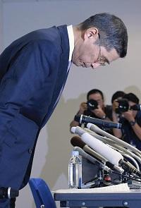 謝罪会見する日産・西川社長