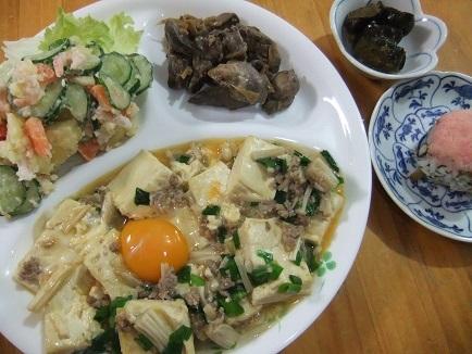 ミンチと豆腐の卵とじ、ポテサラ
