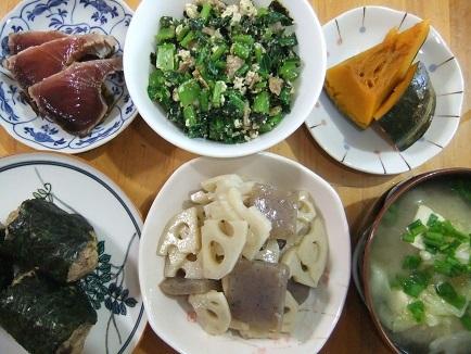 カツオ、お握り、煮物、白和え、味噌汁