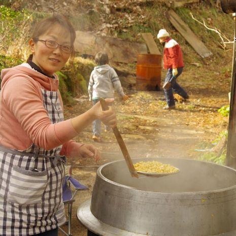 大豆をじっくり煮込みます