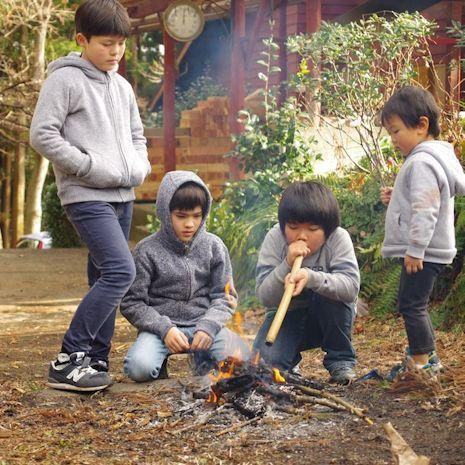 子供たちは火遊びに夢中です
