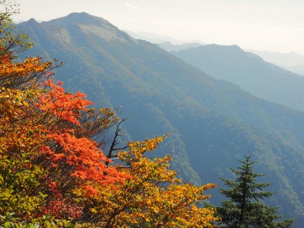 紅葉の山03