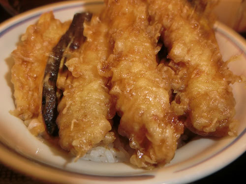 「杜月」(上野)の天丼は安くて、美味しく、量がたっぷり!