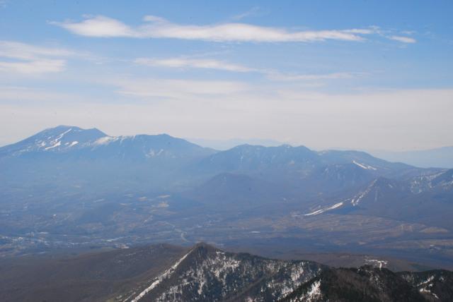 四阿山の山頂から浅間山のアップ_噴煙