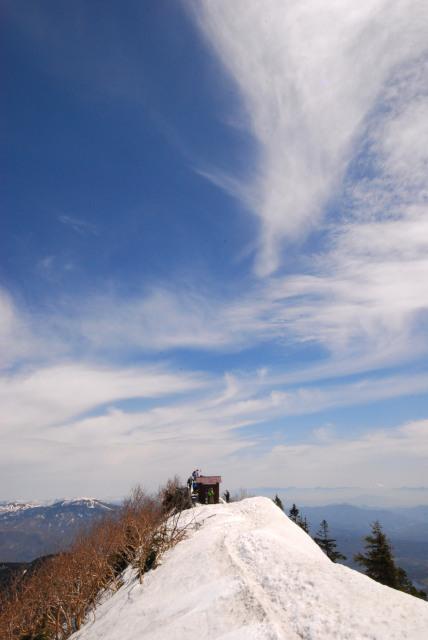 四阿山の山頂_雪の稜線の先端に小さな祠