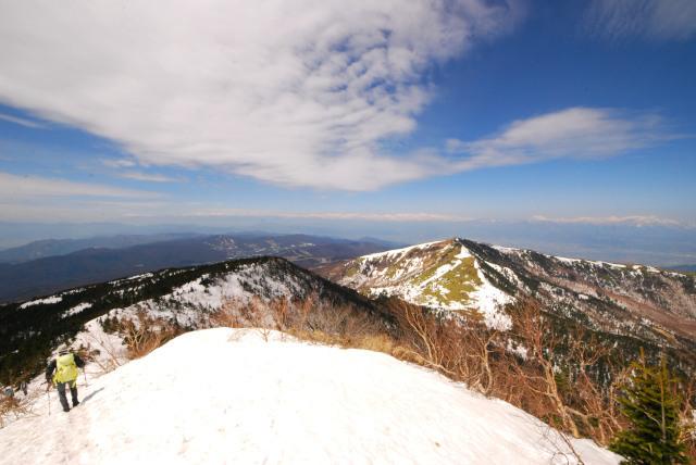四阿山の山頂から根子岳への下り