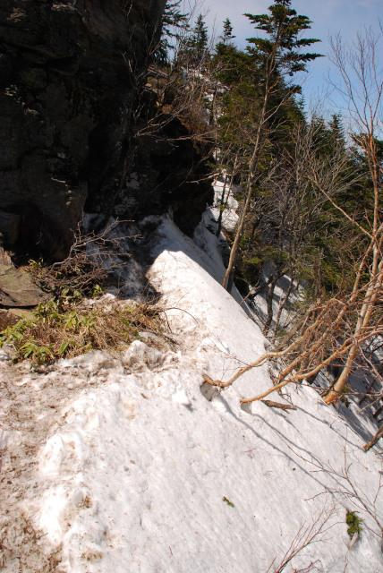 根子岳の山頂直下_大岩の下を回り込む
