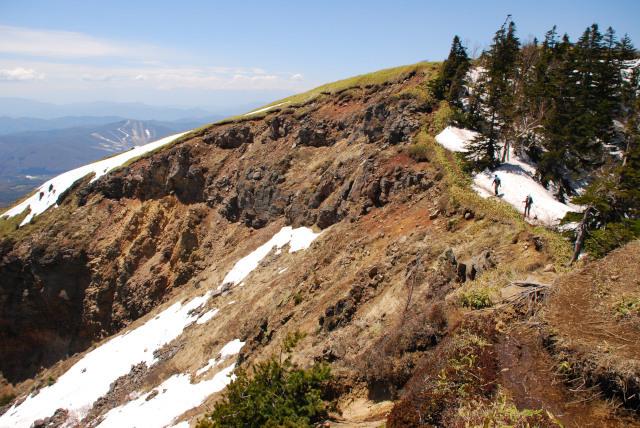 根子岳の山頂付近_豪快に崩壊した稜線のフチを歩く