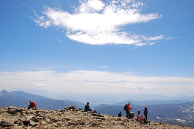 根子岳の山頂からの大展望_休む登山者が数組