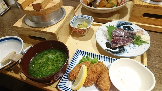 牡蠣フライと鰹のわら焼き定食