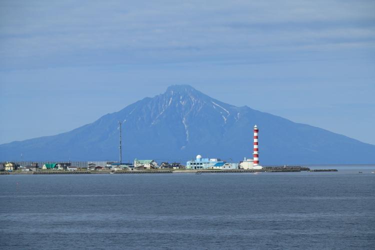 ノシャップ岬越しに利尻富士-S