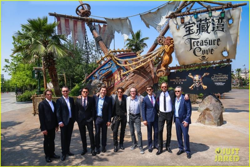 johnny-depp-orlando-bloom-reunite-for-pirates-of-the-caribbean-shanghai-w (5)