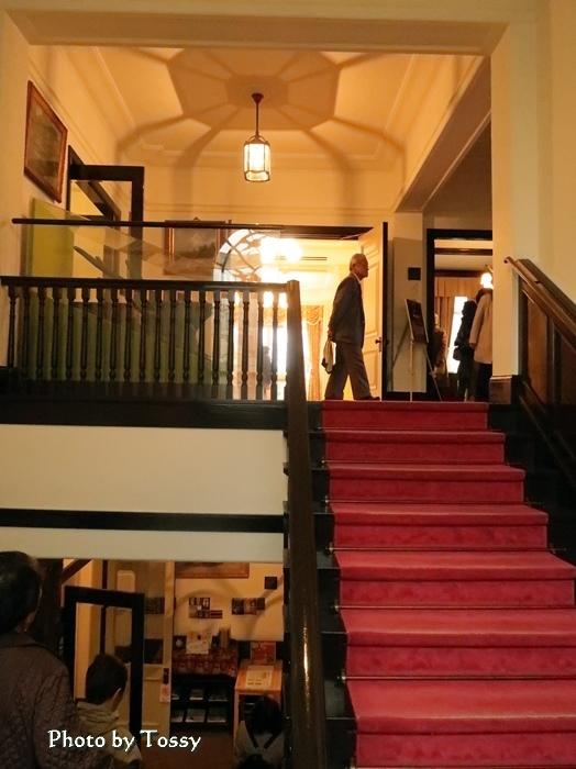 踊り場から2階を望む
