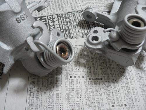 スプリングは亜鉛メッキ品なので、ローバル塗装です。