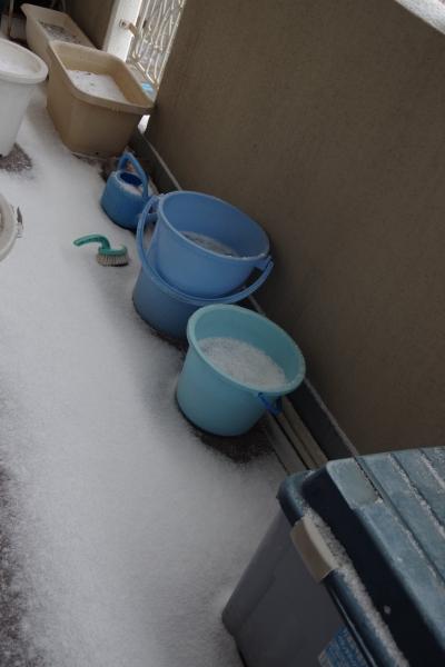 20180206 ベランダの様子 雪と凍ったバケツ