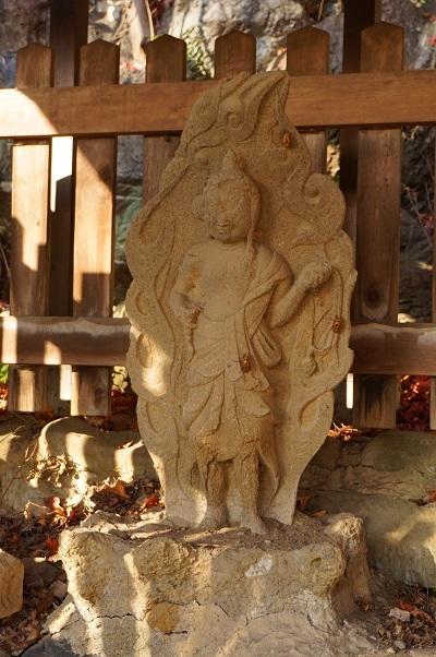 11 拝島日吉神社おねいの井戸 蝉の抜け殻をつけた不動明王