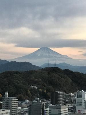 朝焼けのなかの富士山