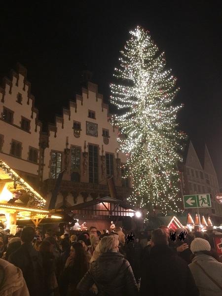 フランクフルトクリスマスマーケット時期のツリー