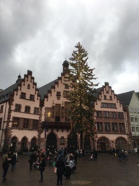 年末のレーマー広場のクリスマスツリー