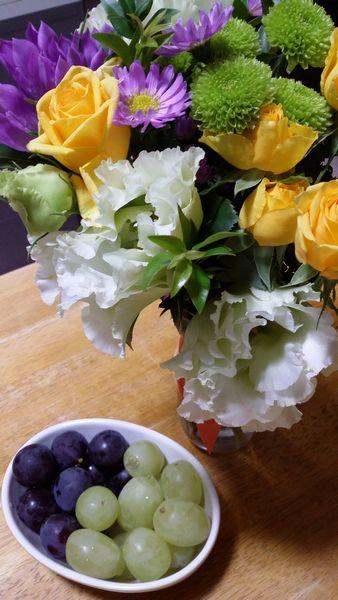 おいしいぶどうとおいしそうな花束