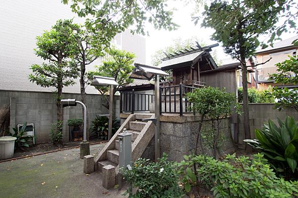 神野神社社殿横から