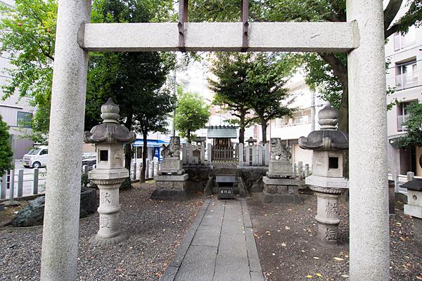 西町神社鳥居から本社