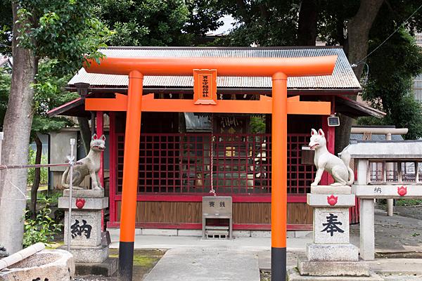 男女守稲荷社二の鳥居と拝殿