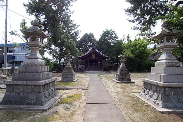 八幡社春日社合殿参道から拝殿へ