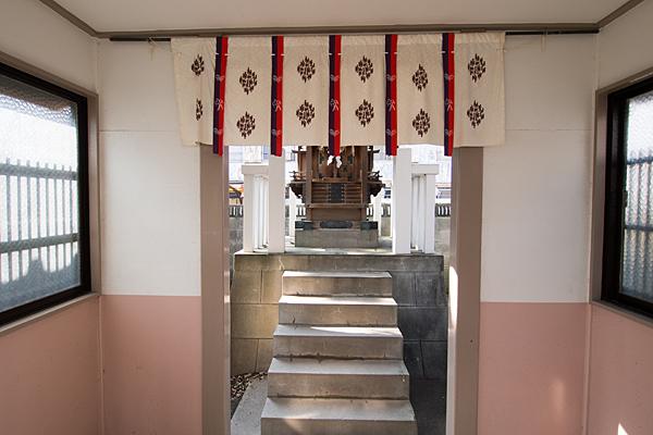 中村本町石神社拝殿から本殿