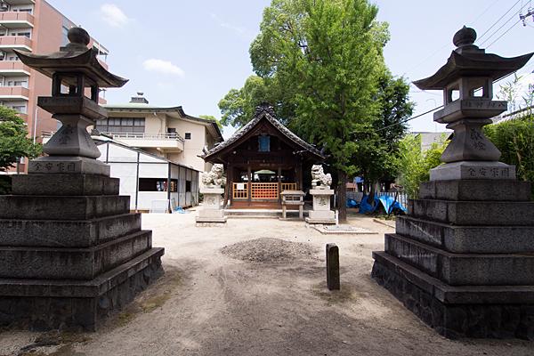 高須賀八劔社参道から拝殿