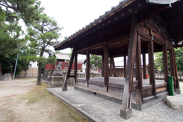 法華神明社拝殿と本殿を横から