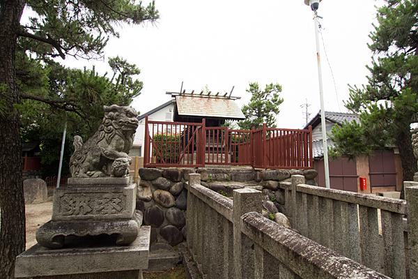 法華神明社本殿と狛犬