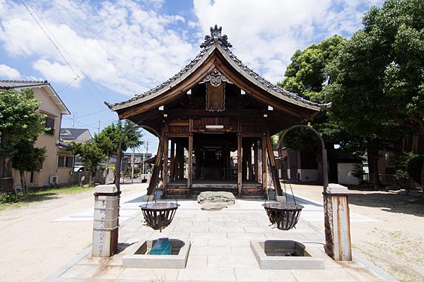 烏森神明社拝殿前