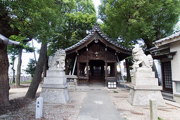 八田神明社拝殿前