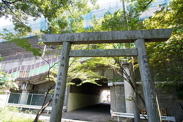 岩塚神明社鳥居と高速道路