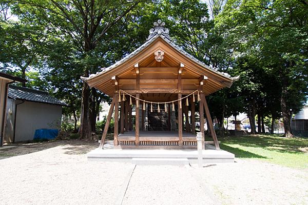 万場八幡社拝殿前