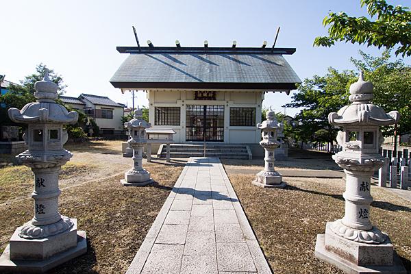 江松神明社拝殿前と灯籠