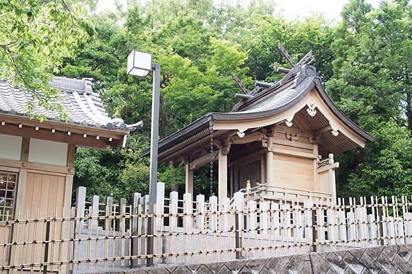 八事御嶽神社社殿横から