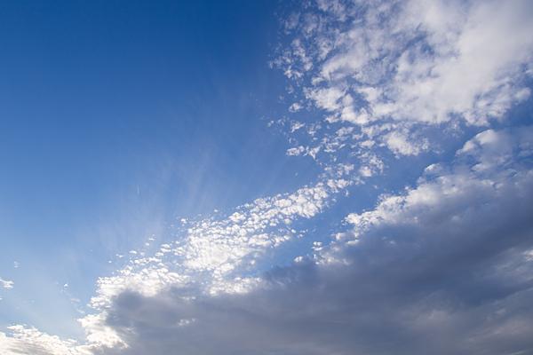 晴れた空と差す光