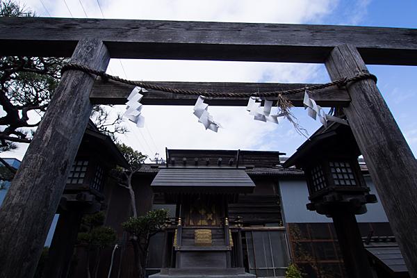 玉船町金山神社木製鳥居と本社