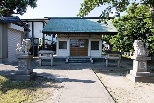 榎津三輪社拝殿前