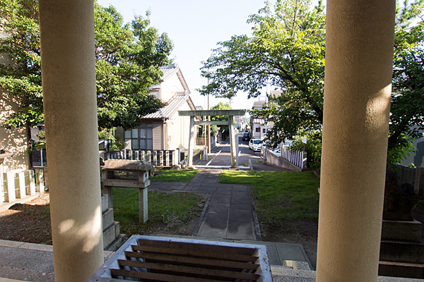 上神明社拝殿から見る境内の風景