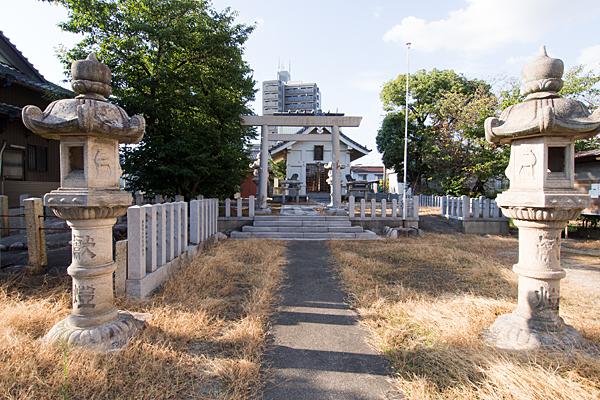 供米田神明社参道と灯籠