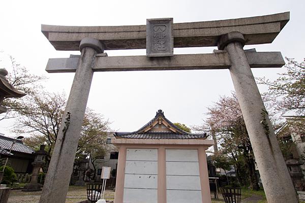 千年八幡神社鳥居と蕃塀