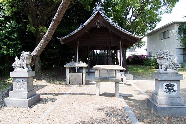 白山社・秋葉社拝殿前